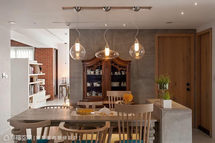 ▲相近的石木比例打造出沉穩意象,然而加入了玻璃吊燈,也點亮了居家的精采情節。