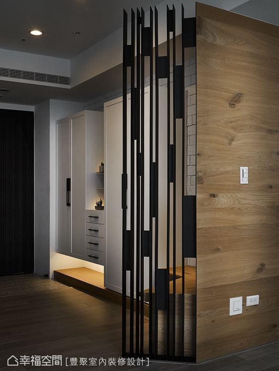 ▲長寬不一的鏤空鐵件屏風,讓人聚焦於它的藝術性,展現出寧靜意境。