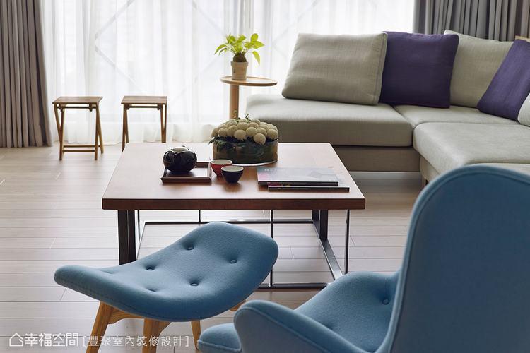 ▲木質茶几以簡潔外型展現純粹特質,搭配觸感柔軟的沙發,散發無比的自在舒適感。