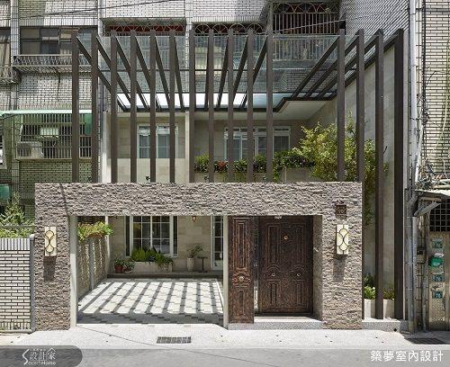 將採光罩拉至二樓約六米高,在精算結構後使用鋁件,創造出立體鮮明的庭院景觀。 圖片...