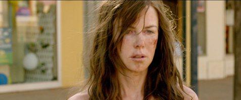 奧斯卡影后妮可基嫚拿了小金人後,她在「冷山」、「皮相獵影」以及「別相信任何人」都有裸體入鏡戲,現年48歲的她,回家鄉澳洲拍攝新片「陌生之地」,也不受年紀限制,一場脫光在大街行走的戲,因為難以清場,妮...