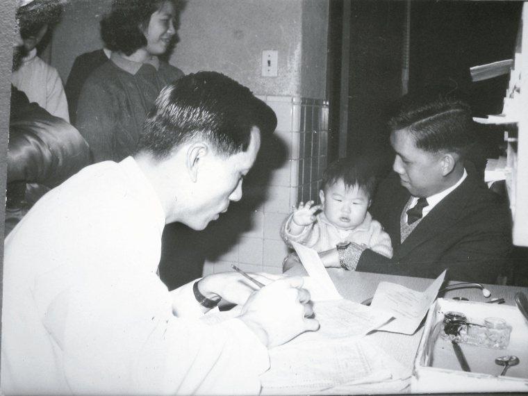黃富源(左)四十年前在馬偕兒科問診一景。 記者蘇健忠╱攝影 圖╱黃富源提供