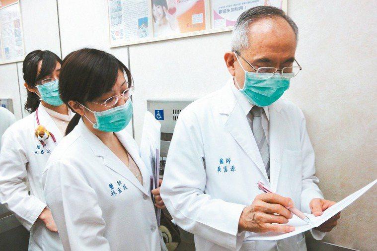 黃富源行醫43年,對於提攜後進不遺餘力。 記者蘇健忠╱攝影 圖╱黃富源提供
