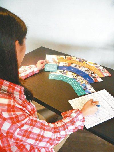 糖友透過不同主題的「糖尿病對話卡」,可找出自己目前的控糖盲點。 圖/中華民國糖尿...