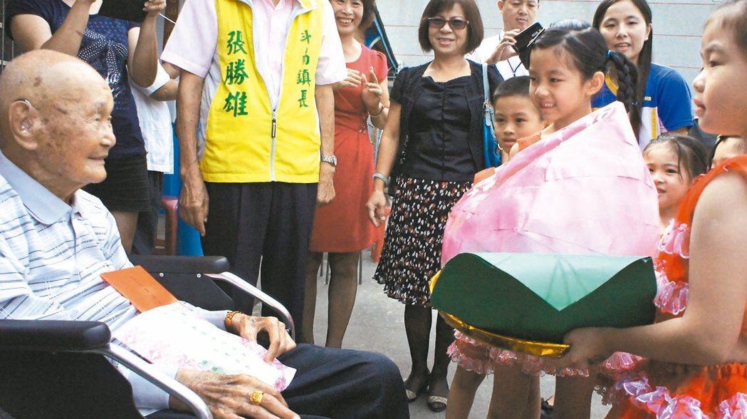 斗南鎮立幼兒園昨天打造壽桃,祝賀百歲人瑞重陽節快樂。 記者李京昇/攝影