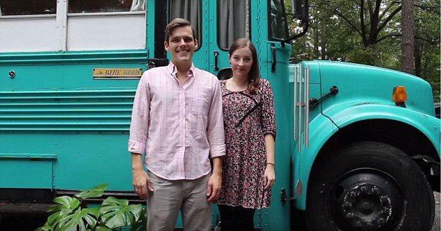 年輕的夫妻安德魯‧帕克特和埃克特‧朱莉安因不堪承受高漲的房租,以破舊的校車裝修改...