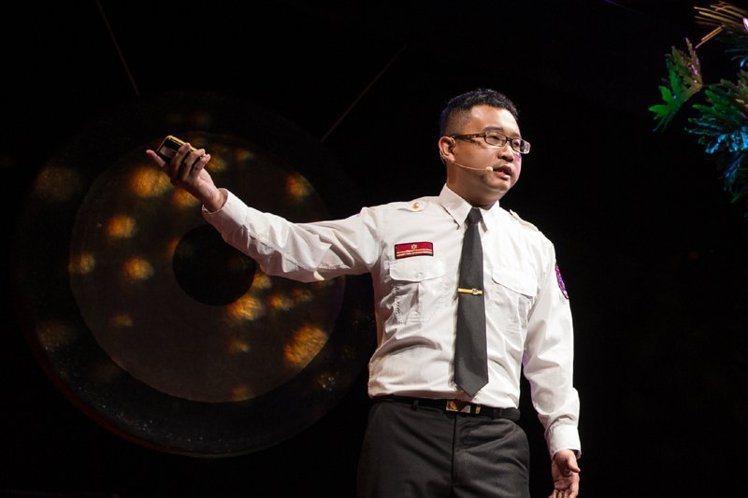 消防員蔡宗翰現場傳達國人正確消防安全觀念。圖片提供:TEDxTaipei /攝影...