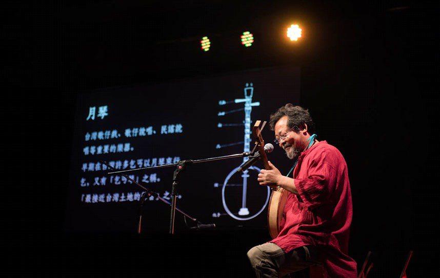 音樂家陳明章,以月琴詮釋音樂與土地的情懷,獲得現場觀眾強烈共鳴。圖片提供:TED...