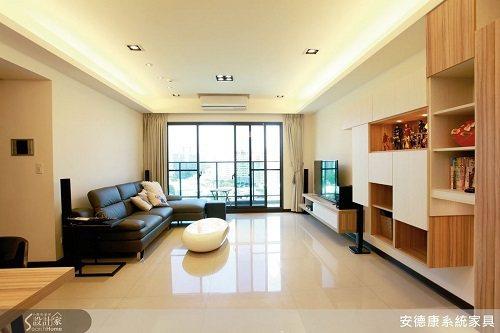 清爽的淺色系空間,以些許深色家具點綴,搭配百搭的木紋系統櫃,營造清新簡約的居家風...