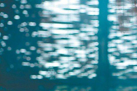 因合作電視劇「神鵰俠侶」擦出愛火的陳曉與陳妍希,日前傳出兩人已趁赴法國遊玩時悄悄訂婚,陳曉拿出2克拉鑽戒套牢陳妍希,但雙方都未對求婚細節多所透露。近日卻有八卦網站爆料求婚細節照片,陳曉不只靠鑽戒,還...