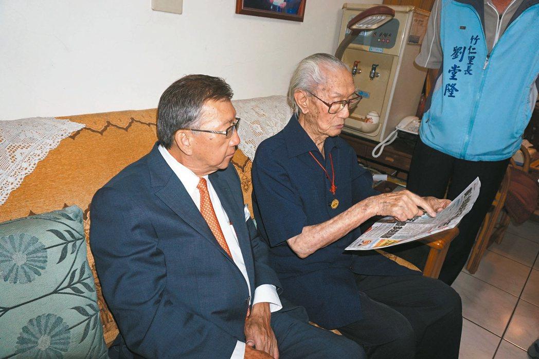 103歲的黃梅仍維持讀聯合報的習慣,關心國家大事。 記者莊旻靜/攝影