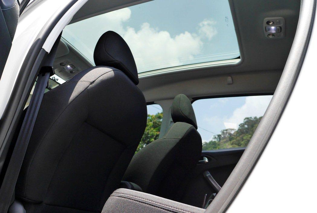 2008的大面積全景玻璃車頂,在車內也能接近大自然。 記者陳威任/攝影