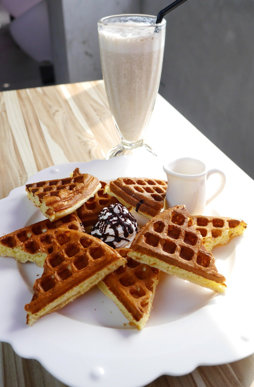 LOFT17除了提供創意料理外,也有許多人來此享受下午茶。 記者陳威任/攝影