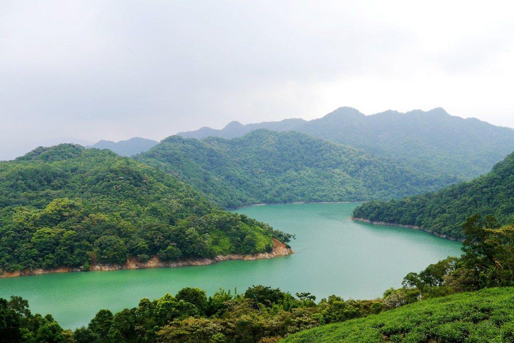 位於翡翠水庫上游的石碇千島湖,有著山與水蜿蜒交錯的美景。 記者陳威任/攝影