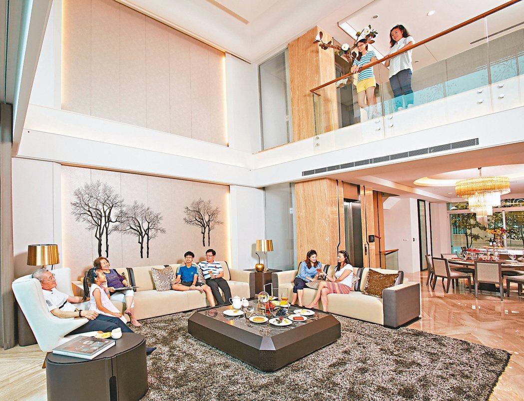 客廳挑高6米8,是全家人生活重心。 攝影/張世雅 圖片提供/傳寶建設