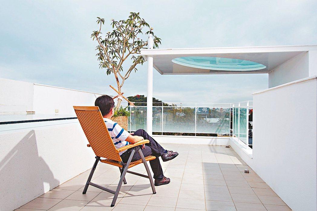頂樓是另一個和天際、遠方景觀串連的空間。 攝影/張世雅 圖片提供/傳寶建設