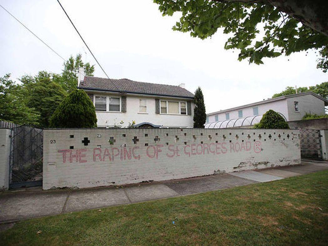 有人在馬路正對面的牆上畫上憤怒表情並用紅色噴漆寫道:「聖喬治大街正遭受凌辱。」。...