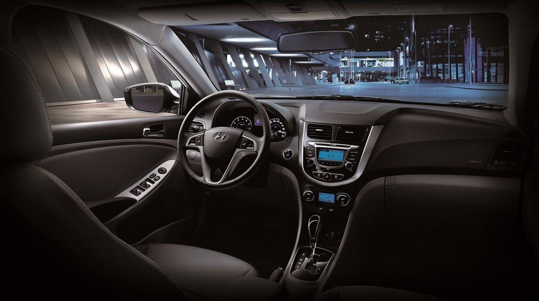 內裝方面,以黑灰色混搭銀色飾板打造時尚的視覺效果。 Hyundai提供
