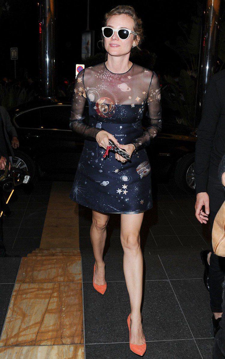 黛安克魯格身穿VALENTINO天文星象印花黑色薄紗拼接洋裝。圖/VALENTI...