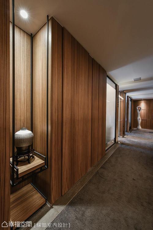 ▲偌長的廊道空間,以藝術品和柚木鋼刷色澤營造恢宏氣勢,增添空間的整體人文涵養。