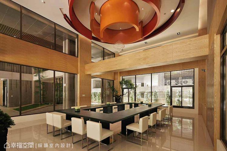 ▲互相包覆的圓弧造形天花板與挑高後的四方木質邊框,點出對內圓地方的東方意境偏愛。