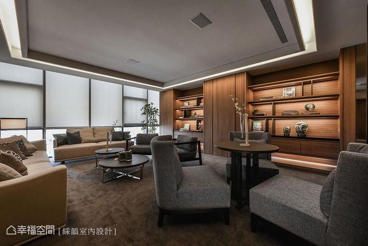 ▲看似隨意的沙發桌椅擺置,與上方的多角天花板設計相同,都為了擁有最多元的活潑視野...