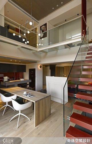 將樓梯移位後,以鐵件+玻璃輕盈處理,既讓視覺穿透,更拉長樓中樓的挑空感。 圖片提...