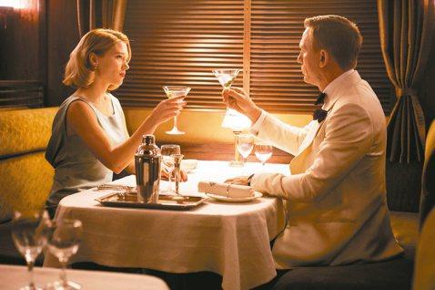 史上最長、最貴的龐德電影「007惡魔四伏」對國際媒體揭開神祕面紗:近2小時半之中,丹尼爾克雷格橫跨歐、美、非3大洲追查惡魔黨陰謀,卻腹背受敵,連累上司、同僚差點飯碗不保,儘管危機四伏,依然談了一段刻...