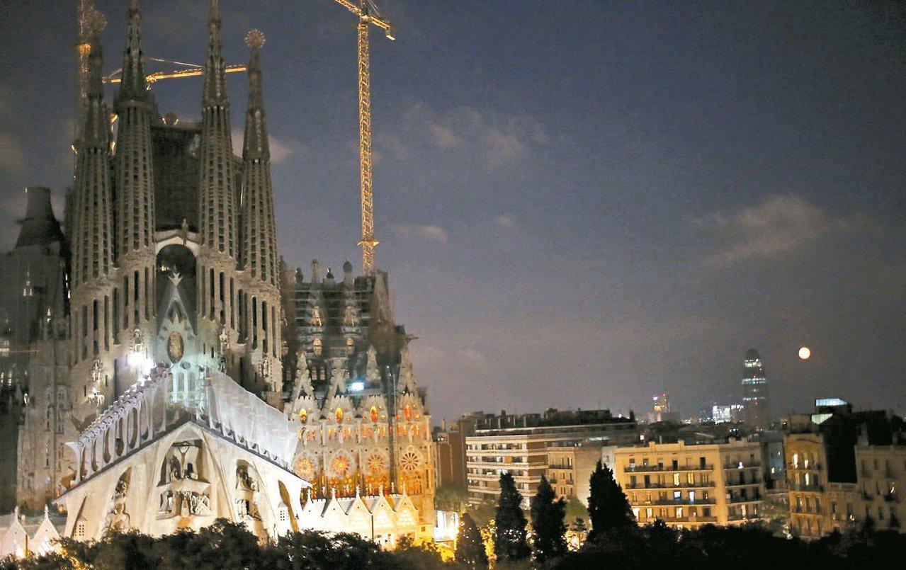 西班牙巴塞隆納聖家堂已經建造一百卅年,至今樓頂仍有吊臂。夜晚的聖家堂在燈光點綴下...