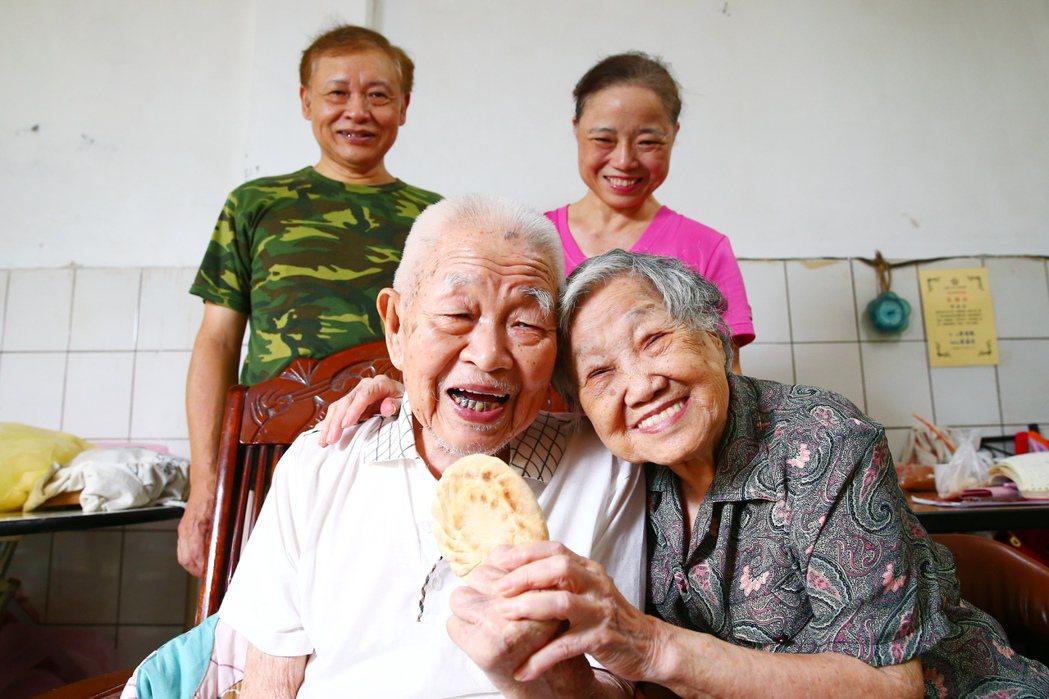 人稱「槓子頭爺爺」高齡102歲的趙丕宗(前左)、妻子王秀珍(前右)與兒子趙膳亭(...
