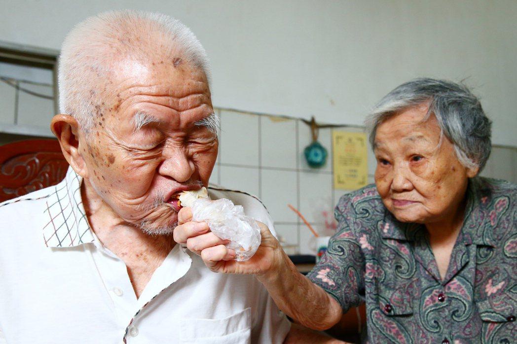 高齡102歲的趙丕宗(左)與妻子王秀珍(右)只愛吃自家的蔥油餅、槓子頭等食品、不...