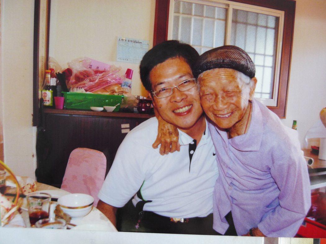 林古三妹與孫子感情好。 記者林敬家/翻攝