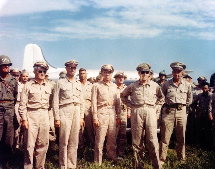 麥克阿瑟在8月30日乘機抵達東京,並在9月2日於東京灣的美國戰艦密蘇里號上接受降...