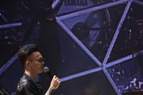 電音搖滾樂團MP魔幻力量日前挺進香港Star Hall舉辦「我們的主場」巡迴演唱會,大前輩任賢齊得知兄弟們來到自己的地盤開唱,特別在拍戲及籌備演唱會空檔驚喜現身,讓MP魔幻力量與歌迷又驚又喜,還即興...