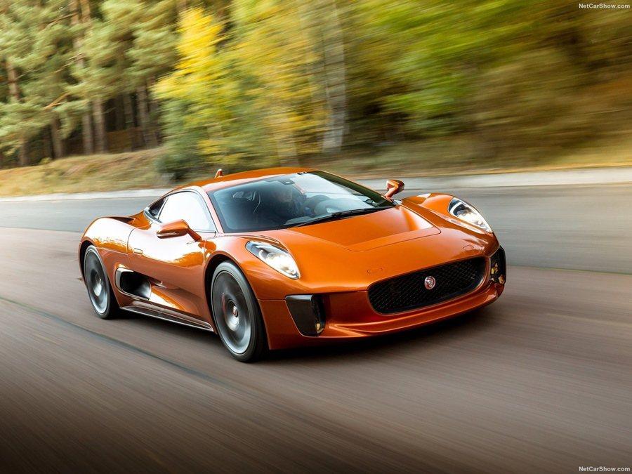 Jaguar C-X75在電影中和Aston Martin DB10有一場烈的追...