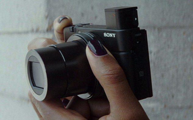 MoneyPenny操作SONY的RX100 IV數位相機