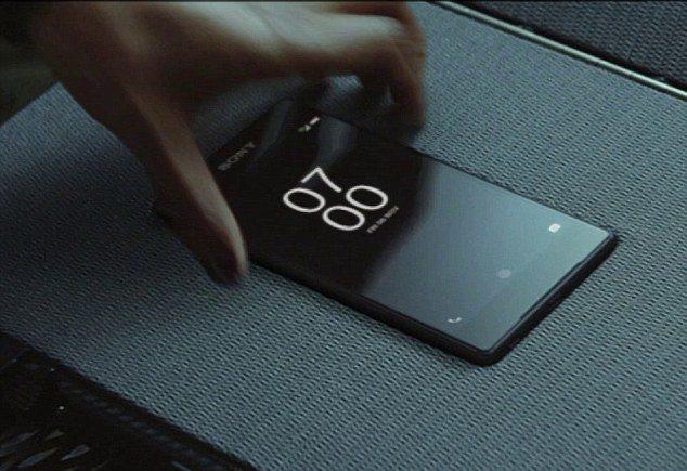 電影中特別安排橋段,讓Naomi更為龐德拿起他遺忘了的SONY Z5智慧手機。在...