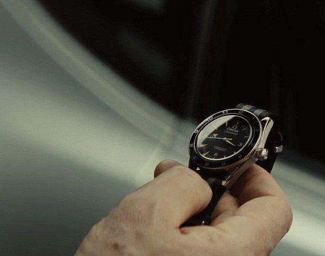 OMEGA腕表也明顯置入,Q博士在片中交給龐德一只OMEGA Seamaste...