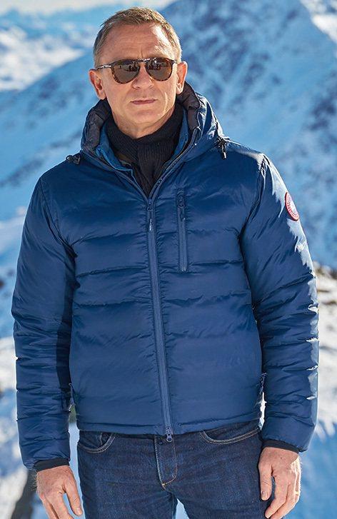 在奧地利的場景中,Craig則穿著商標明顯的Canada Goose的羽絨衣。
