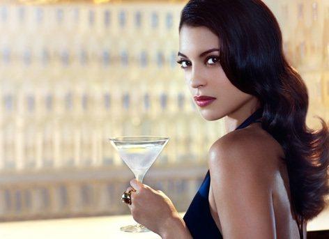 片中出現了女主角點一杯加了橄欖的Belevede 的Vodlka,而該品牌更在去...