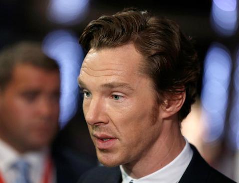 飾演「福爾摩斯」的男星班奈狄克康柏拜區(Benedict Cumberbatch),最近發現到有位女粉絲,會在他家外頭或是車上繫上紅絲帶,這紅絲帶在「福爾摩斯」小說中代表著正是「謀殺」的意思,所以他...