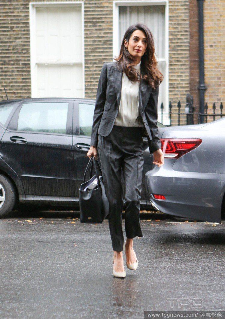 阿拉瑪汀的白色尖頭鞋和內搭的高領相呼應,也顯得很有氣質。圖/達志影像