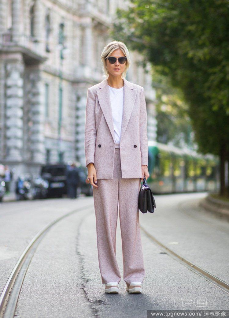 荷蘭部落客 Linda Tol 的厚底鞋則是讓粉紅色套裝展現俏皮的復古風。圖/達...