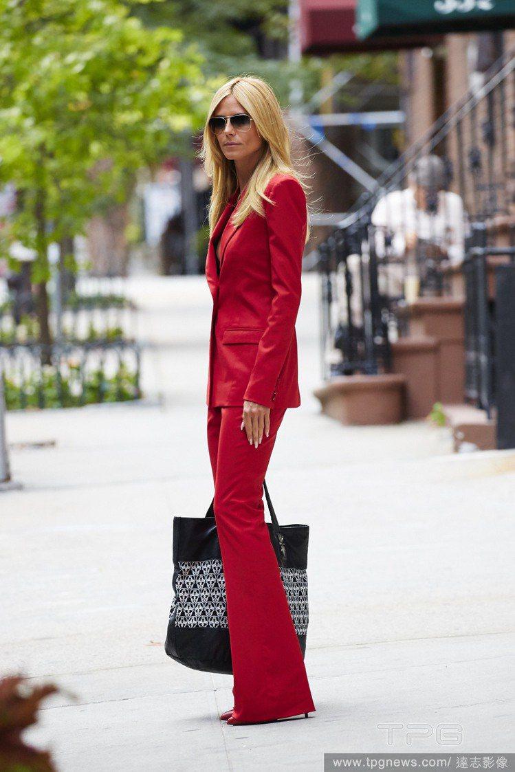 喇叭褲套裝能夠在包緊緊的狀態下展現女性身體曲線,非常性感,褲管遮住鞋子的穿法也能...