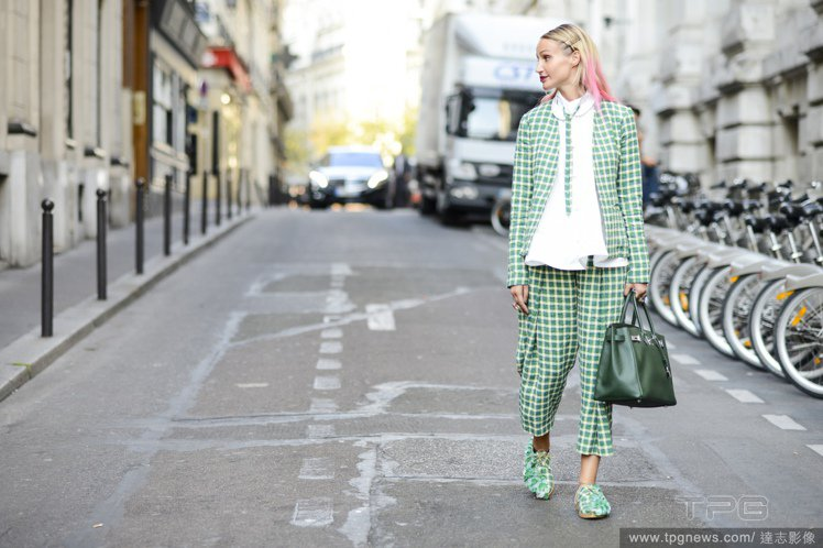 露腳踝的寬褲搭配休閒鞋或是高跟鞋,都可以讓套裝look感覺更加活潑。圖/達志影像