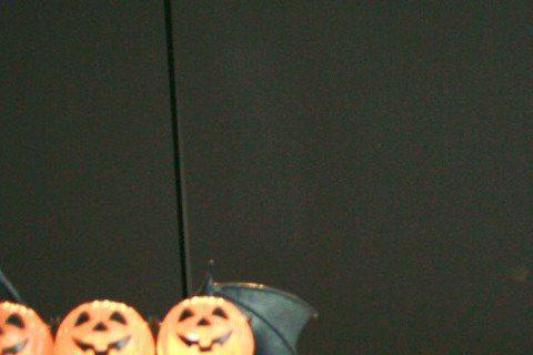 「迷幻王子」林宥嘉日前現身Hit Fm聯播網,繼3年前「夜驚魂DJ」處女秀後,這次2度化身「夜驚魂DJ」,幫「OH夜DJ」娃娃代班。萬聖節即將到來,電台錄音室特地用南瓜、骷髏頭、黑蜘蛛等應景道具佈置...