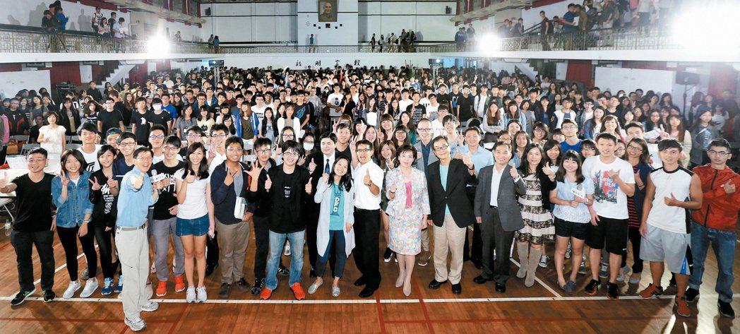 聯合報系舉辦的「願景工程—為青年尋路論壇」新北場,吸引淡大一千五百名學生參加,會...