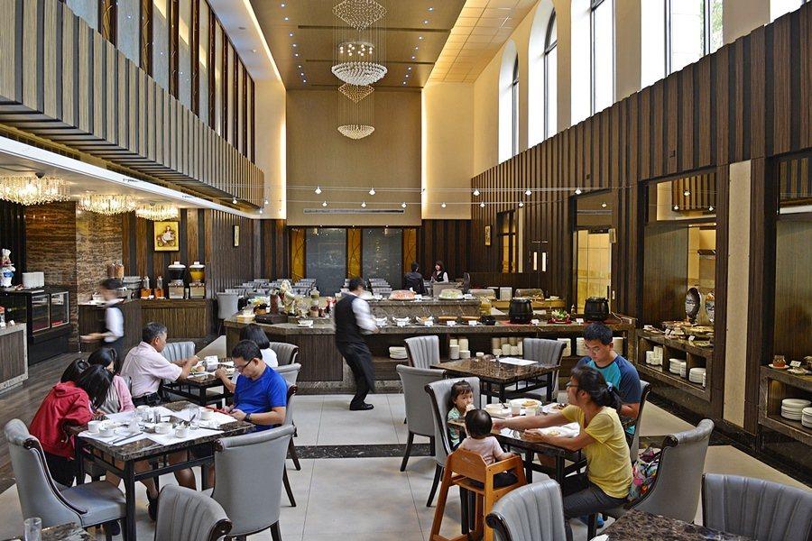 苗栗兆品酒店的餐廳像電影「哈利波裡」魔法學園的大食堂,金黃與黑對比的Tone調,...