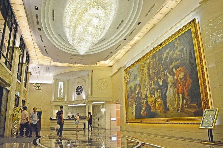 酒店大廳牆上掛著198x283公分的魯本斯彼得保羅的巨大複製油畫作品的「愛的花園...