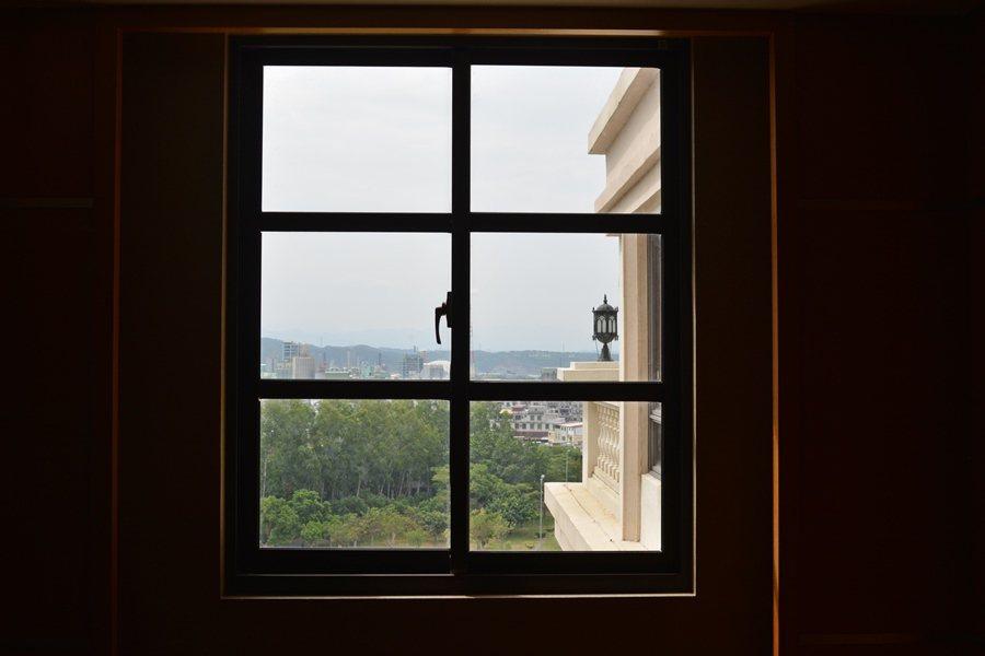 這間酒店處處可見藝術的妝點,每扇窗外搭配著人巴洛克建築廊柱,透過窗看出去的世界,...